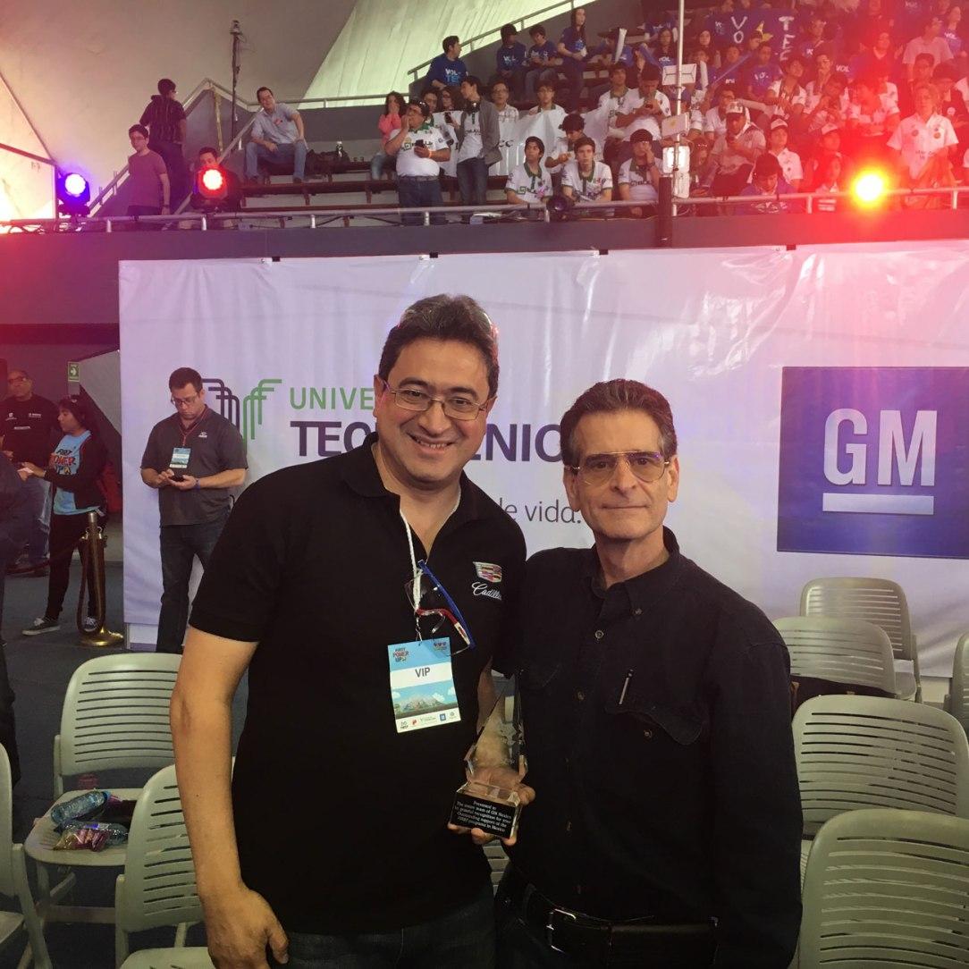 David-Rojas-Director-de-Ingeniería-recibiendo-reconocimiento-de-manos-de-Dean-Kamen-Fundador-de-FIRST