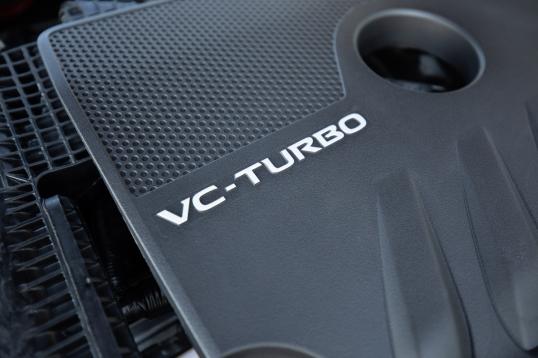 La motorización es otro punto a destacar, ya que ofrece dos nuevos motores, incluyendo el primer motor de 4 cilindros en línea de turbo de compresión variable.
