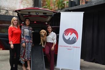Mayra González, presidente y director general de Nissan Mexicana, en compañía de Patricia Ruíz y Sofía Cornejo de la asociación Milagros Caninos, quienes estuvieron presentes en el lanzamiento de Fundación Nissan.