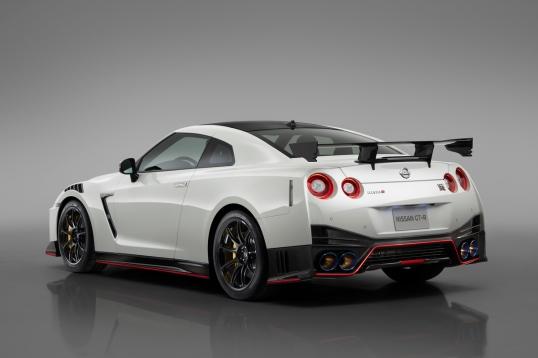 Lo que distingue al más potente y exclusivo de todos los GT-R es la cantidad de fibra de carbono que se encuentra en todo el automóvil.