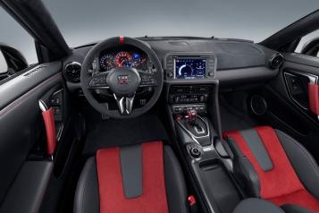 Dentro de la cabina, los asientos delanteros exclusivos del GT-R NISMO están diseñados para brindar al conductor una mejor sensación de integración con el vehículo.