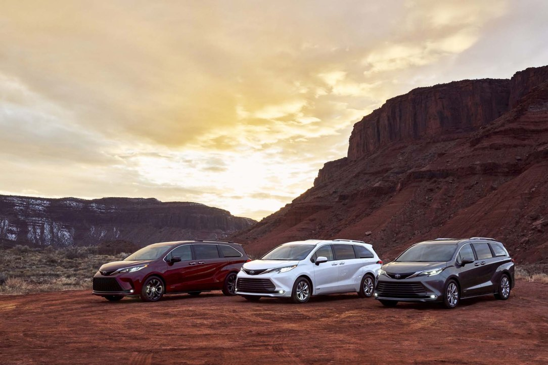 2021_Toyota_Sienna_Family_01-scaled