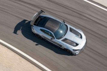 Mercedes-AMG GT Black Series (Kraftstoffverbrauch kombiniert: 12,8 l/100 km, CO2-Emissionen kombiniert: 292 g/km), 2020, Exterieur, Rennstrecke, dynamisch, Leichtbau-Dach in Sicht-Carbon, hightechsilber, Carbon-Motorhaube mit zwei großen Luftauslässen Mercedes-AMG GT Black Series (combined fuel consumption: 12,8 l/100 km, combined CO2 emissions: 292 g/km), 2020, exterieur, race track, dynamic, leightweight-roof in visible carbon, hightechsilver, carbon hood with two large air outlets