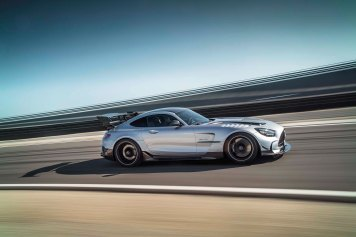Mercedes-AMG GT Black Series (Kraftstoffverbrauch kombiniert: 12,8 l/100 km, CO2-E missionen kombiniert: 292 g/km), 2020, Exterieur, Rennstrecke, dynamisch, Front, Seite, hightechsilber Mercedes-AMG GT Black Series (combined fuel consumption: 12,8 l/100 km, combined CO2 emissions: 292 g/km), 2020, exterieur, race track, dynamic, front, side, hightechsilver