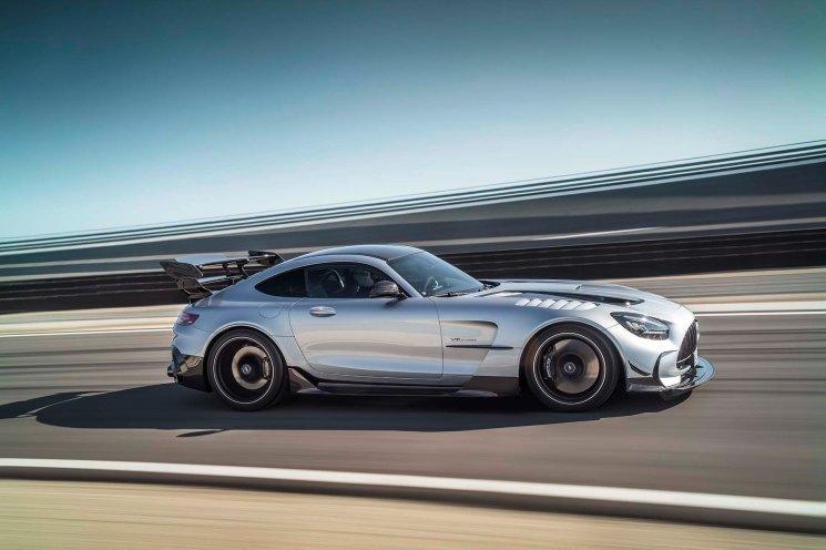 Mercedes-AMG GT Black Series (Kraftstoffverbrauch kombiniert: 12,8 l/100 km, CO2-Emissionen kombiniert: 292 g/km), 2020, Exterieur, Rennstrecke, dynamisch, Front, Seite, hightechsilber Mercedes-AMG GT Black Series (combined fuel consumption: 12,8 l/100 km, combined CO2 emissions: 292 g/km), 2020, exterieur, race track, dynamic, front, side, hightechsilver
