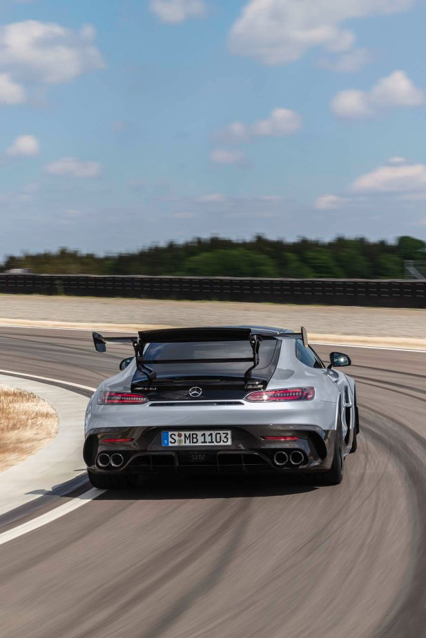Mercedes-AMG GT Black Series (Kraftstoffverbrauch kombiniert: 12,8 l/100 km, CO2-Emissionen kombiniert: 292 g/km), 2020, Exterieur, Rennstrecke, dynamisch, Heck, doppelter Heckflügel, Carbon-Elemente, Diffusor, Hightech-silber Mercedes-AMG GT Black Series (combined fuel consumption: 12,8 l/100 km, combined CO2 emissions: 292 g/km), 2020, exterieur, race track, dynamic, rear, double rear wing, carbon elements, diffusor, hightech-silver