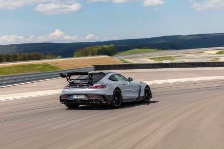 Mercedes-AMG GT Black Series (Kraftstoffverbrauch kombiniert: 12,8 l/100 km, CO2-Emissionen kombiniert: 292 g/km), 2020, E xterieur, Rennstrecke, dynamisch, Heck, doppelter Heckflügel, Carbon-Elemente, Diffusor, Hightech-silber Mercedes-AMG GT Black Series (combined fuel consumption: 12,8 l/100 km, combined CO2 emissions: 292 g/km), 2020, exterieur, race track, dynamic, rear, double rear wing, carbon elements, diffusor, hightech-silver