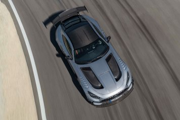 Mercedes-AMG GT Black Series (Kraftstoffverbrauch kombiniert: 12,8 l/100 km, CO2-Emissionen kombiniert: 292 g/km), 2020, Exterieur, Rennstrecke, dynamisch, L eichtbau-Dach in Sicht-Carbon, hightechsilber, Carbon-Motorhaube mit zwei großen Luftauslässen Mercedes-AMG GT Black Series (combined fuel consumption: 12,8 l/100 km, combined CO2 emissions: 292 g/km), 2020, exterieur, race track, dynamic, leightweight-roof in visible carbon, hightechsilver, carbon hood with two large air outlets