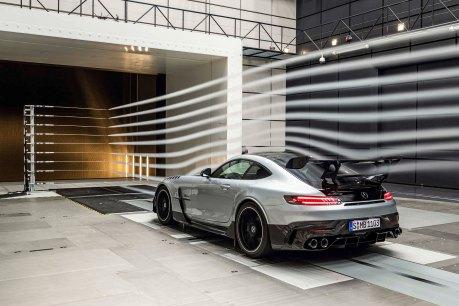 Mercedes-AMG GT Black Series (Kraftstoffverbrauch kombiniert: 12,8 l/100 km, CO2-Emissionen kombiniert: 292 g/km), 2020, Windtunnel, Exterieur, Aerodynamik, hightechsilber, Heck, doppelter Heckflügel, Seitenansicht Mercedes-AMG GT Black Series (combined fuel consumption: 12,8 l/100 km, combined CO2 emissions: 292 g/km), 2020, exterieur, aerodynamic, hightechsilver, rear, double rear wing, side perspective